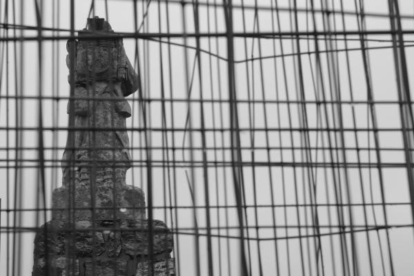 Serge-Philippe-Lecourt-2014-Monument-aux-morts-en-travaux-sous-la-pluie-2