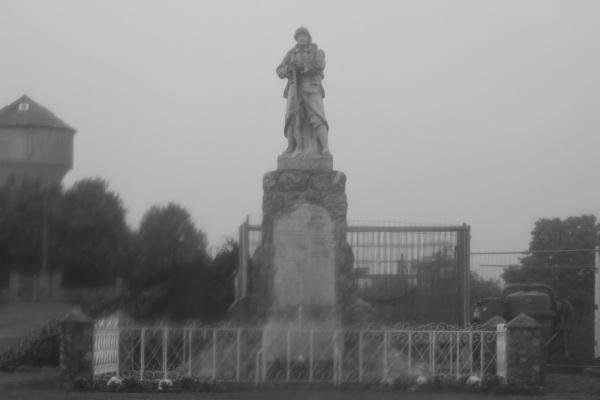 Serge-Philippe-Lecourt-2014-Monument-aux-morts-en-travaux-sous-la-pluie-3
