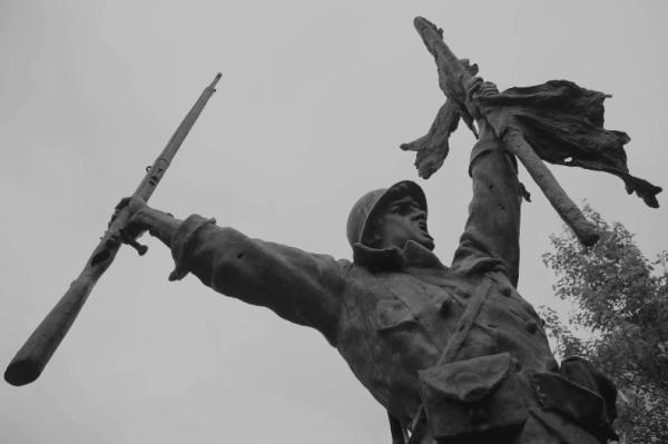 Serge Philippe Lecourt - Saint-Lo-monument aux morts-2014