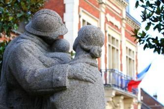 La famille est tournée vers la mairie (République Française)