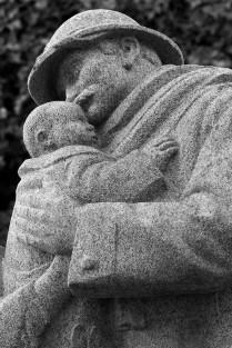 Le Père embrasse son enfant au retour de la guerre