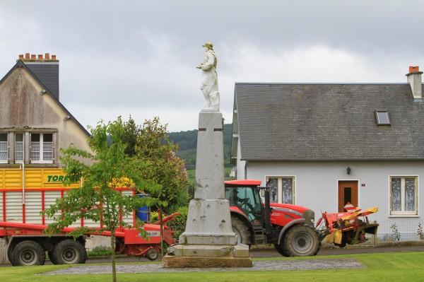 Serge-Philippe-Lecourt-2014-Monument aux morts-Jurques-tracteur