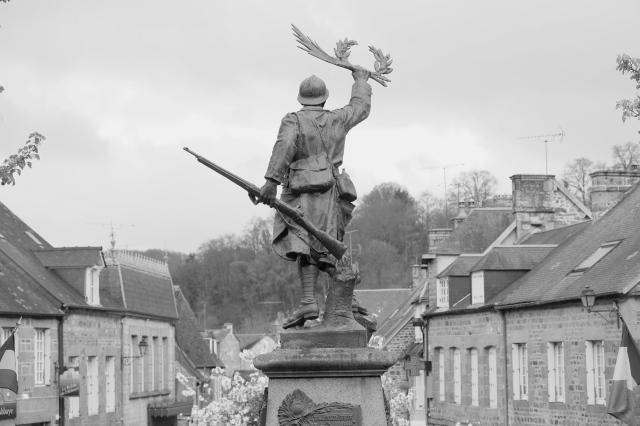 Serge-Philippe-Lecourt-2017-04-Monument-aux-morts-Lonlay-l-abbaye-61-4